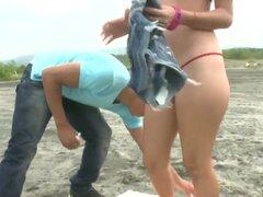 Captura una mirada en el culo de Latina magnífico de Claudia en sus poco cortos de jean en la playa, este tipo no podía esperar para utilizar sus mejores líneas para elegir le para arriba para la diversión sexual.