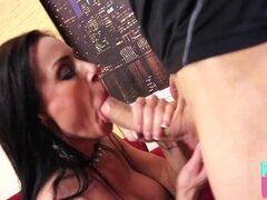 Kendra Lust dobla sobre para herramienta masiva de su amante - Kendra Lust