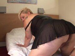 A Nicole es una mujer madura que adora su agujero mojado amor - Nicole A.