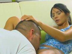 Emocionante paso de Virgen, linda chica siente un dick en su coño por primera vez