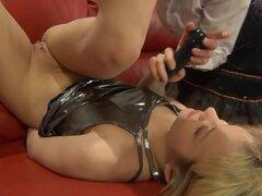 KissMatures Video: Emilia y Connie. Su rojo sofá tiempo para Emilia y Connie las dos putas sucio dique sexy, maduros que rompen un consolador para algunas mujeres maduras para sexy obsceno follando y llegar a horas extraordinarias de trabajo. Deja a estos