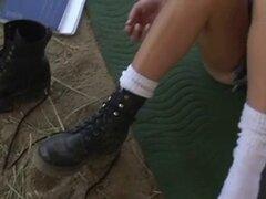 Flatchested joven morena extiende las piernas al aire libre para