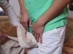 Madrastra tetona threesome caliente Nina Elle con adolescentes coupl