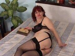 Abuela pelirroja practicando sexo anal