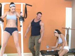Victoria Lawson consigue junto a su entrenador de fitness en el gimnasio