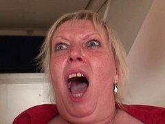 Ella toma dos pollas en su coño viejo y de la garganta. Ella toma dos pollas en su coño viejo y de la garganta