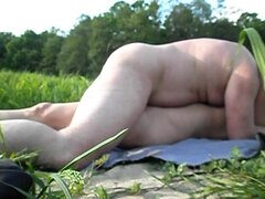 Sexo al aire libre con mi esposa embarazada, fin de semana pasado tomé a mi esposa fuera para un picnic pero las cosas se muy caliente y tenemos desnudos. Este es un video hecho por mi en que estoy perforación a mi esposa de una manera delicada.