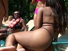Lesbianas Foursome con lamer y los juguetes, esta escena caliente lesbianas cuarteto comienza con dos chicas negro hermosos el sol hacia fuera en la piscina. Estas guarras núbiles tienen sus activos firmes apenas ocultos por sus bikinis y se parecen a la
