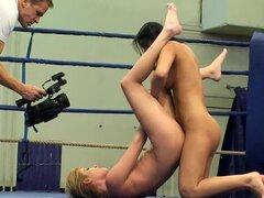 Nude hotties Donna Bell y Lucy Belle lucha en un ring