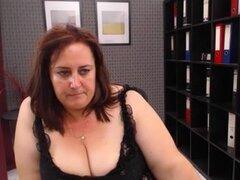 Maduras webcam sexo show por una puta gordita con un trasero grande, gordita madura puta en un sexy vestido negro en un show webcam de sexo. Ella muestra sus tetas grandes y enorme culo.