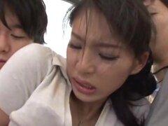 Kanon Takikawa desagradable milf asiática da una mamada doble de pública. Kanon Takikawa es una cachonda milf asiática. Ella es en público, cuando ella se acercó a por dos chicos calientes. ¡Ella es tentada a chupar sus pollas en una mamada doble! Rasgón
