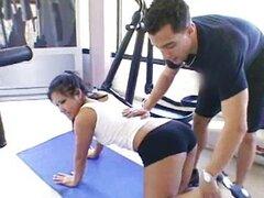nasty Asian babe obtiene cachonda en el gimnasio