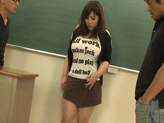 Estudiante gordita y tetona follada por dos profesores colgadas y cachondas