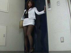 AV modelo shiori tsukimi en minifalda demasiado corta sufre upskirt voyeur!