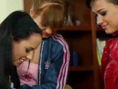 Meadas lesbianas empapadas, empapados de meadas lesbiana digitación trío