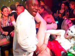 Estrellas porno BI follar en fiesta casino. Dulce estrellas porno bisexual follando pollas y chupando sus coños en fiesta casino