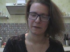 Solo chica con gafas charlando en la cocina
