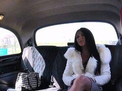 Chica fitness obtiene juguete en taxi falso