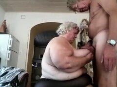 Abuela gorda amateur con enormes tetas obtiene doggystyle arado