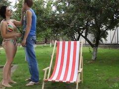 Morena regordeta Dominika juega con el pene de Guy mientras se sienta en su cara