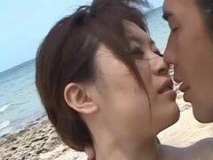 gente caliente golpeando mutuamente sin parar en la playa