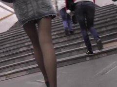 Falda corta de Jeans permite disfrutar de la vista hasta de falda, upskirt Hot video con la participación de hottie joven delgada con piernas largas en sexy falda corta de Jeans.