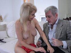 Rubia experimentada Erica Lauren quiere seducir a un galán maduro - Erica Lauren