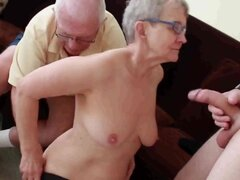 La abuela y el abuelo con niño