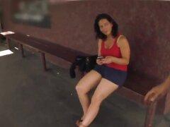 Provocativa latina milf Melissa Monet con naturales hooters jugosos y delicioso culo en ropa cachonda vino joven stud caliente en sesiones softcore filmado al aire libre en el punto de vista.