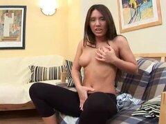 Soy Joana muestra su coño y su culo en primer plano video juguetes