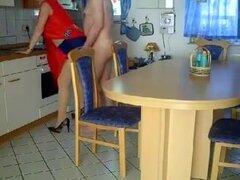 Milf alemana tetona se la follan en la mesa de la cocina, un chico alemán córneo estaba haciendo hacia fuera con un tetona Puma, antes de que tuvieran una apasionada follada en su cocina.