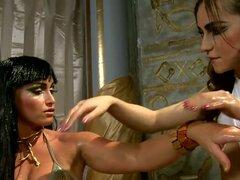 Este video es un excelente porno con chicas sexy vestidos con trajes históricos. La chica pretende ser Cleopatra y otra chica es su esclavo. Tienen increíble masaje