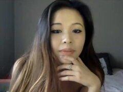 Belleza asiática chica caliente jugando con ella por webcam. ¿Quieres ver a chicas calientes en webcams? ¡Visita slutcamtube.com y Únete gratis para disfrutar los mejores shows de webcam!