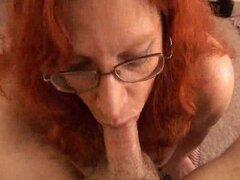 Los vidrios son blowjob2 madre peludas sexy, rojo