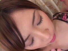 Chinatsu Izawa en bellos genitales dentro. Aquí es una conocida actriz de AV en su primer video sin censura. Chinatsu Izawa es una ex estudios de S1 que de consiguieron por los grandes estudios después de aparecer en un video sin censura. 3P, así como esc