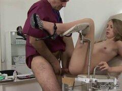 Paciente Doctor grasa flequillo Rubio. Paciente Doctor grasa flequillo Rubio.