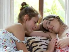 Dos adolescentes rusas comiendo coños