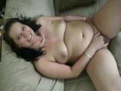 Amateur esposa BBW en esto del porno casero masturbación, se trata de una morena BBW que está desnuda en el sofá. Ella extiende sus piernas y frota su clítoris. Su hombre pega su dedo en su coño y sus dedos mientras ella materbates a la terminación. Buen