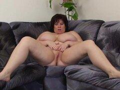 Breasty de edad big hermosa mujer masturba con juguete del sexo, de mujer hermosa grandes Ana de muestra sus bazucas gigantes y se masturba con una herramienta de sexo