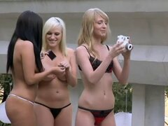 Mujeres sexy con una sesión de fotos con hombres calientes al aire libre