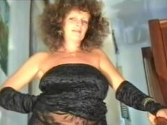 Madura a BBW francés abuelita da acción oral antes del sexo, puta madura BBW con un cuerpo grueso y un booty grande chupando una gran polla francesa antes de que ella obtiene digitación entonces golpeado.