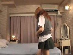 Colegiala japonesa desnuda uniforme y ensancha, desmontaje de su uniforme de colegiala, esta adolescente lindo edad japonesa muestra sus modestos pantalones blancos redondos gazoo y recibe su manguito atornillado.