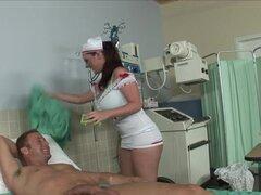 Chica pelirroja hace bj profesional al paciente. Esta enfermera pelirroja sexy con tetas grandes le gusta tratar a paciente con la boca. Ella realmente le gusta actuar rizado y ofrece a un chico una mamada profesional.