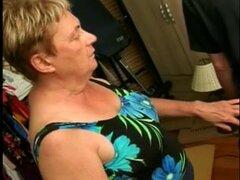 Una abuela con sobrepeso se arrodilla y servicios de un subrigid wang,