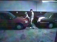 Pareja consiguió pegado entre dos coches y empiezan con Mamadas
