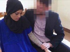 Arabe amateur chupa antes de follar chico. Arabe amateur chupa antes de follar chico en hijab