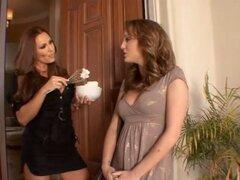 Dos chicas hermosas calientes hacen hacia fuera en el fregadero de la cocina. Dos chicas hermosas calientes hacen hacia fuera en el fregadero de la cocina