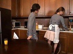 Escena hardcore donde la experta chupa pijas Momoka Nishina es follada en la cocina