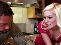 Amp de Chloe Foster; Johnny Castle en mi esposa tiro amigo, Johnny quiere sorprender a su esposa con una comida cocinada en casa así que se dirige en más para reunirse con amigo de su esposa, Chloe. Chloe es una cocinera increíble y Johnny puede aprender