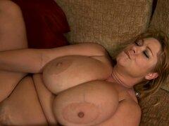 Samantha gorda con tetas grandes consigue su coño pulido